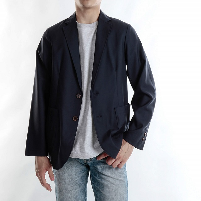 黒のジャケット着た男性