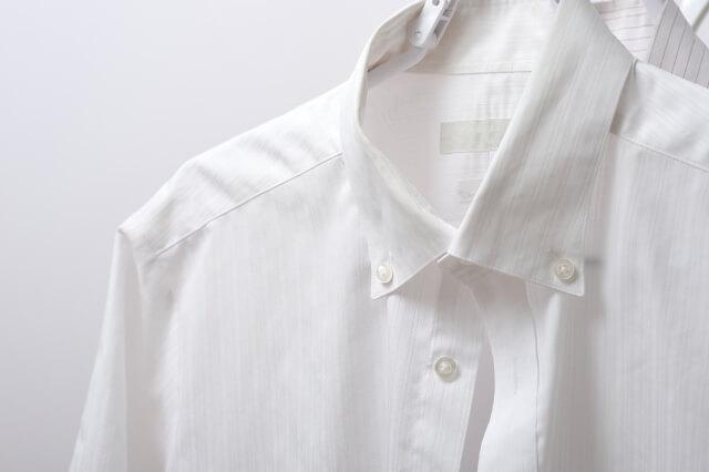 白のボタンダウンシャツ